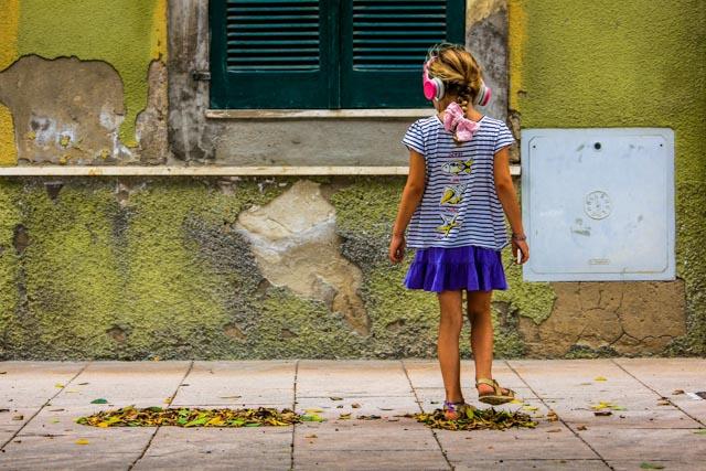 Segelkind-auf-Sardinien-mit-Kopfhörern