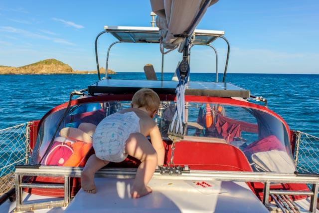 segelbaby-sailingbaby-auf-dem-segelboot-auf-sardinien