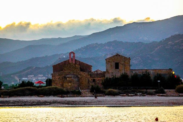 Romanischen-Kirche-am-Strand-von Santa-Margeritha-di-Pula-auf-Sardinien