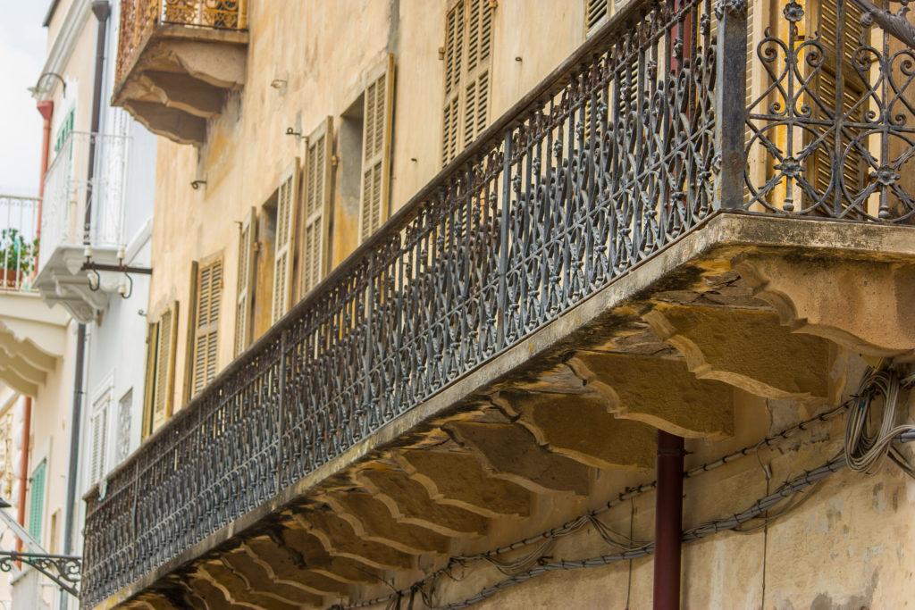Balkonbrüstung-Architektur-Carloforte-Sardinien